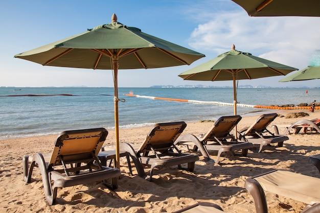 해변에 우산 야외 수영장과 비치의 자.