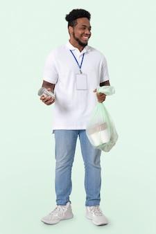 Волонтер-уборщик пляжа во время новой нормы