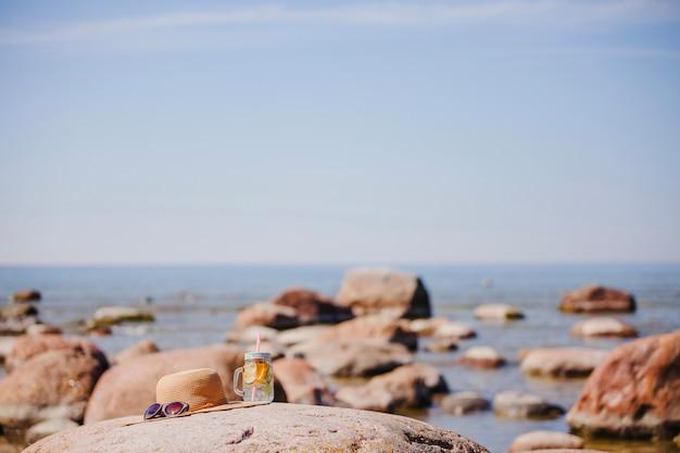 Composizione di spiaggia con cappello e occhiali da sole