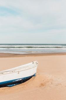 Концепция пляжа с лодкой