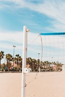 Концепция пляжа с волейбольной сеткой