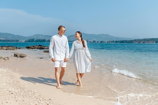 ロマンチックな旅行で歩くビーチカップル新婚旅行休暇夏休みロマンス
