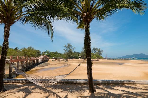 Колыбель на пляже с фоном синего моря для летних каникул