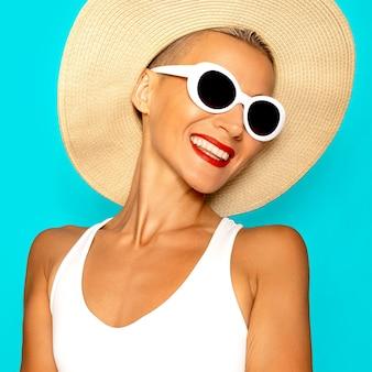 ビーチファッション。ビーチアクセサリーの幸せな女の子。スタイリッシュな休暇