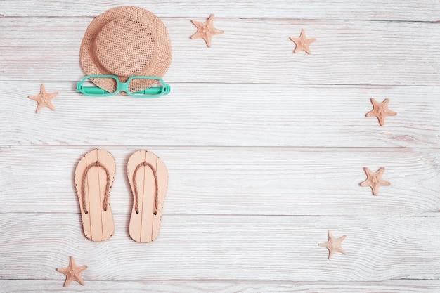 태양에서 비치 슬리퍼, 불가사리, 선글라스, 밀짚 모자