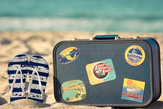 砂浜のビーチサンダル夏休みのコンセプト