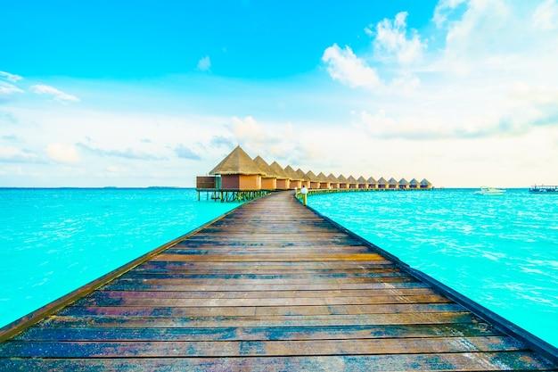 Spiaggia verde all'aperto del mare blu