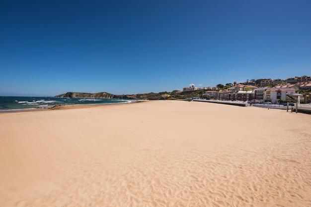 スペイン、カンタブリア、コミラス村のビーチ。