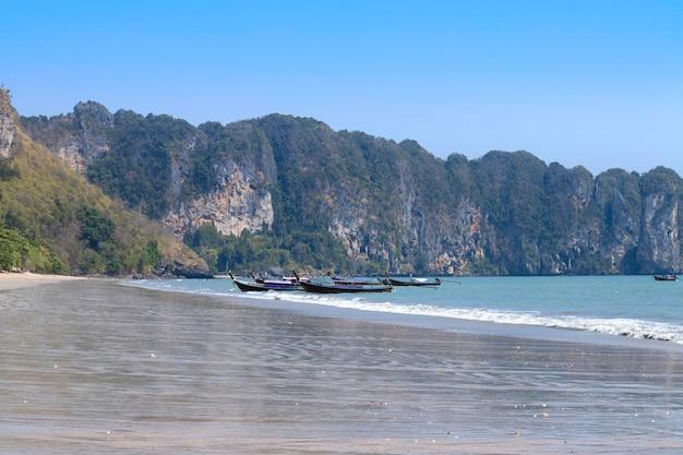夏の日に駐車したロングテールボートのあるタイのビーチ