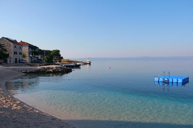 クロアチアのブラチ島の村スマルティンのビーチ