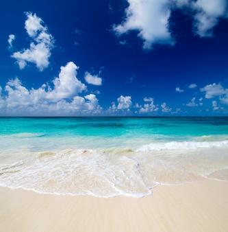 ビーチの風景と白い雲と青い空