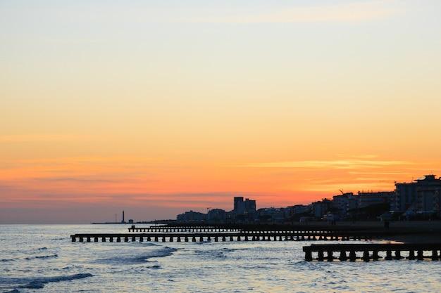 夜明けのビーチの風景