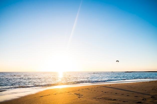 열대 섬 리조트에서 완벽한 휴가를위한 놀라운 모래 사장 장소에서 일몰 동안 gloden과 푸른 하늘 색상으로 해변 풍경