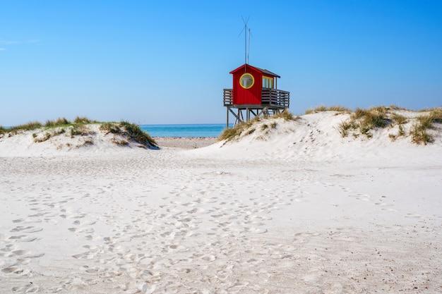Спасатель пляжа на пляже skanor в falsterbo, skane, швеции. шведская летняя концепция