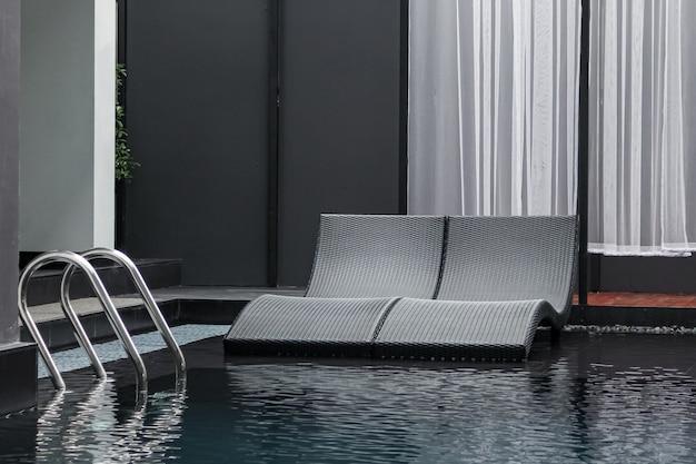 Пляжный лаундж с бассейном или шезлонгом с видом на море для отдыха, расслабляющий отдых с красивым местом на морском пляже в таиланде