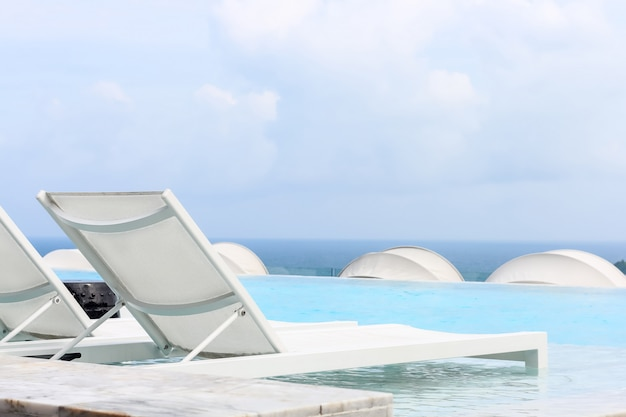 휴가를 위해 바다 전망에 수영장 침대 또는 선데크가있는 비치 라운지 수영장
