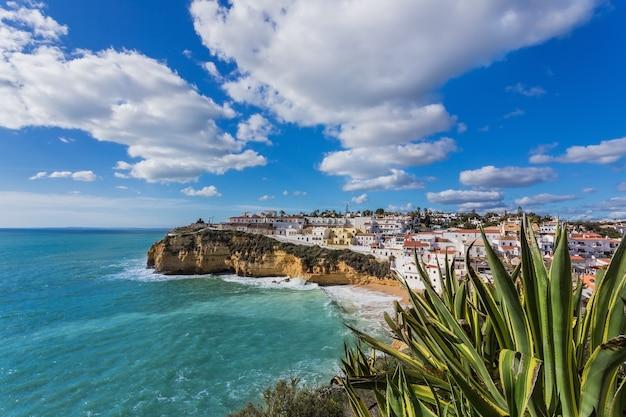 Пляж карвоейру в португалии. морская уличная сцена.