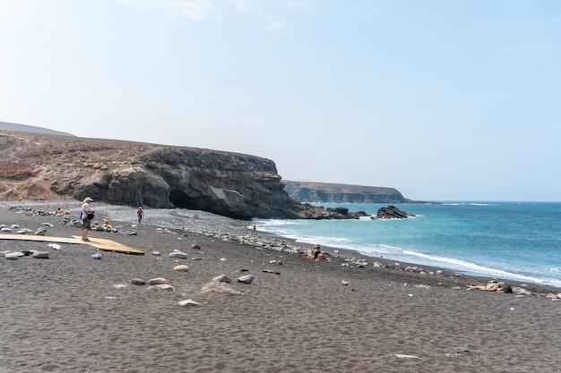 Пляж прибрежного городка аджуй недалеко от города пахара, западное побережье острова фуэртевентура, канарские острова. испания