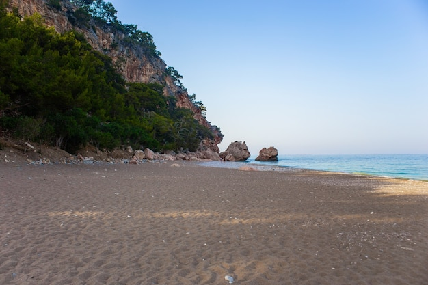 Пляж на море с горами на заднем плане в анталии, кемер