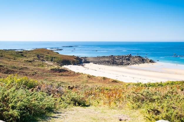 Пляжная яма на побережье бретона во франции, в районе мыса фрехель с его песком, скалами и вересковой пустошью летом.
