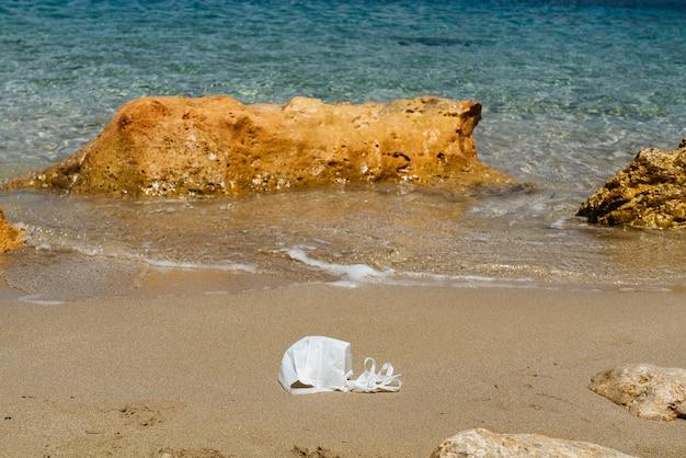 얼굴 마스크로 오염 된 해변