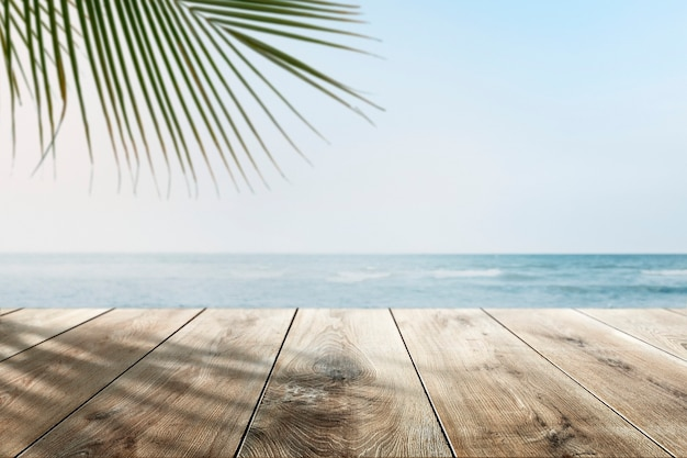 제품 프리젠 테이션을위한 나무 카운터가있는 해변 제품 배경