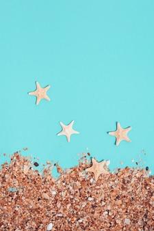 해변 모래와 작은 불가사리
