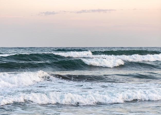 평화로운 바다 옆 해변 모래