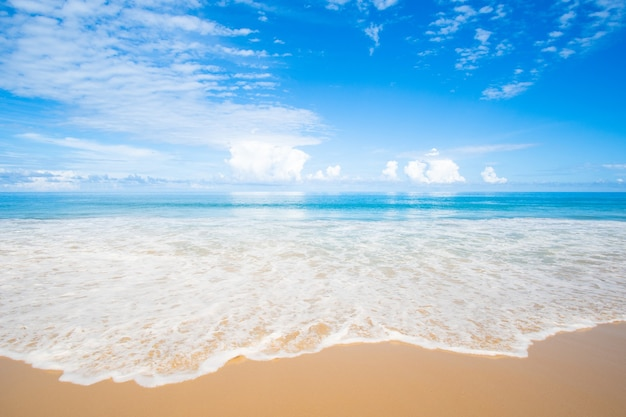 해변 모래 바다 푸른 하늘 배경