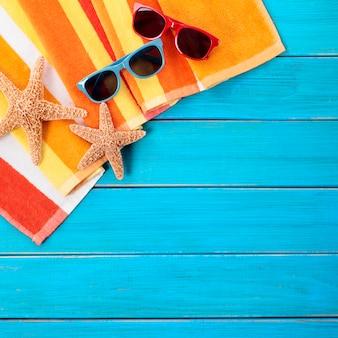 青い木のデッキとビーチのシーン