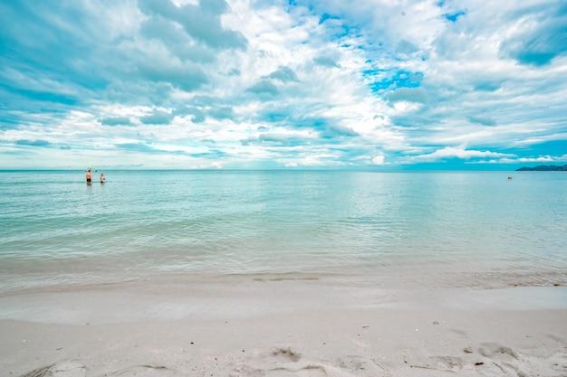 夏の青い空にタイのビーチ海