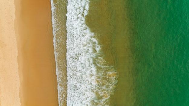 해변 바다 표면 질감 아름 다운 열 대 해변 모래 상위 뷰입니다.