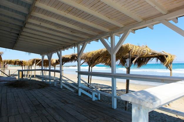 Вид на пляж из деревянной конструкции с крышей