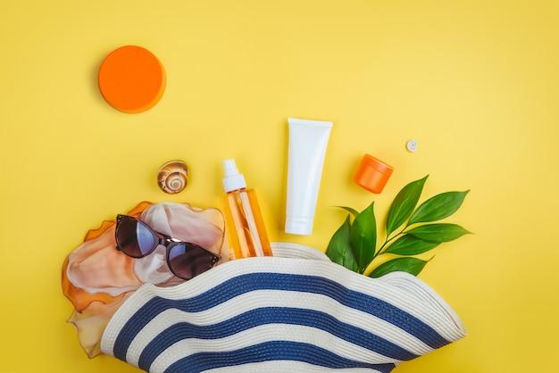 ビーチセット:帽子、サングラス保護クリーム、ビーチアクセサリー。夏のコンセプト