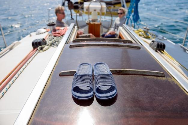 Пляжные тапочки на парусной яхте