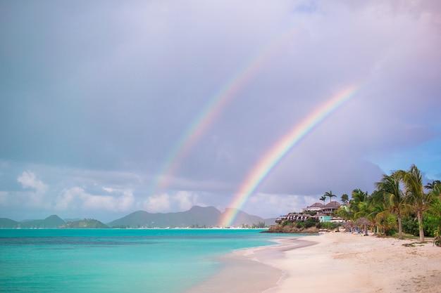 Пляжный шезлонг на экзотическом тропическом курорте на карибах