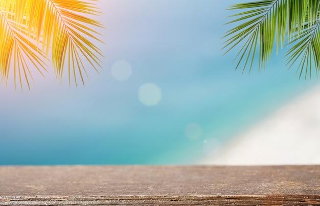 화창한 열대 여름 해변 고품질 사진에 있는 제품을 위한 비치 테이블 배경 나무 테이블