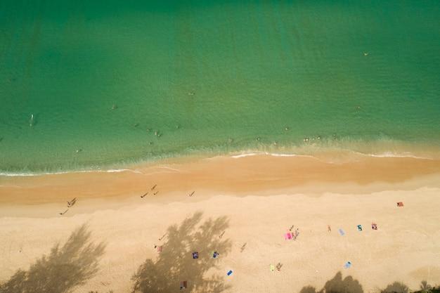 파도 거품 해변 상위 뷰 화창한 날 여름 배경 푸켓 태국 바다에서 놀라운 해변.