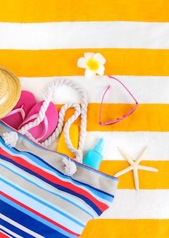 Пляжное полотенце с принадлежностями для релаксации. выборочный фокус. море.