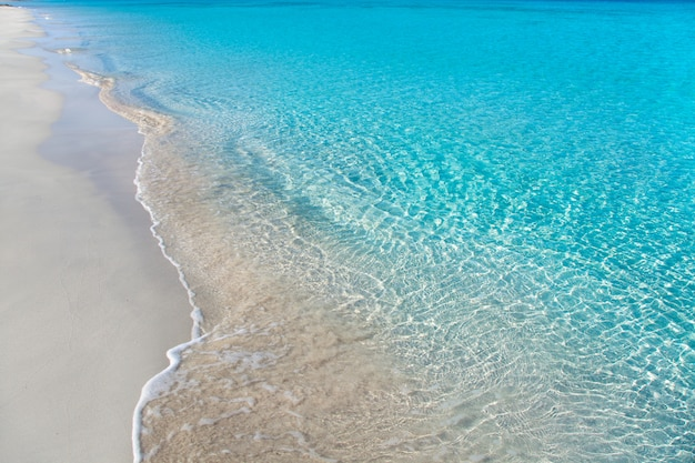 하얀 모래와 청록색 물과 열대 해변