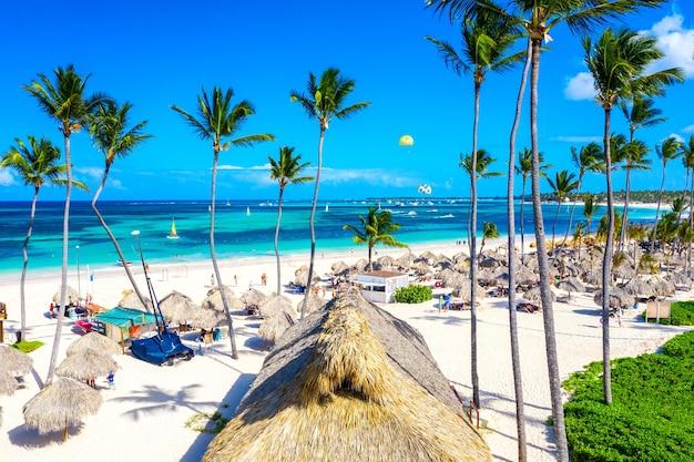 해변 휴가. 도미니카 공화국 푼타 카나(punta cana)에 있는 열대 백사장 바바로(bavaro) 해변의 공중 무인 항공기 보기. 대서양의 야자수, 우산, 청록색 물이 있는 놀라운 풍경.