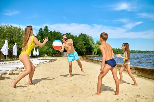 ビーチバレー。ビーチバレーをして幸せを感じている家族