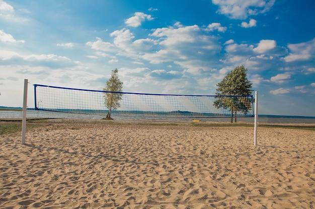 Сетка для пляжного волейбола в прекрасный солнечный день