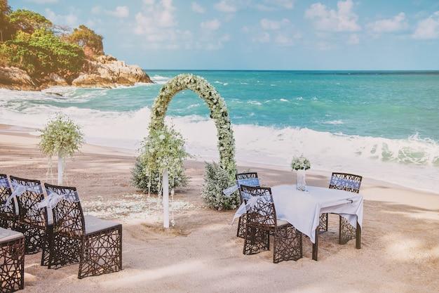 해변 결혼식 장소 설정 꽃 장식. 결혼 등록 테이블 배열