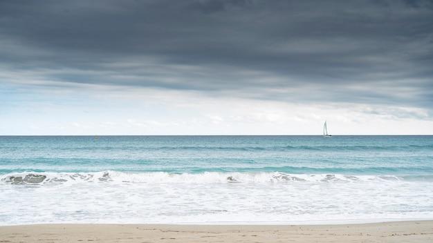 ヨットのあるビーチ。自由の概念