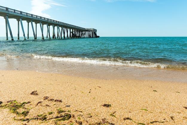 물결 모양의 아름다운 바다 여름 휴가가 있는 해변