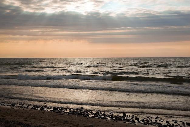 Пляж с облаками