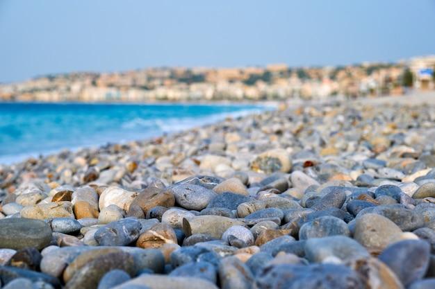Пляж с галькой утром ницца франция