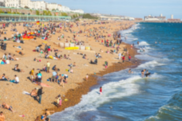 일광욕하는 사람들과 해변