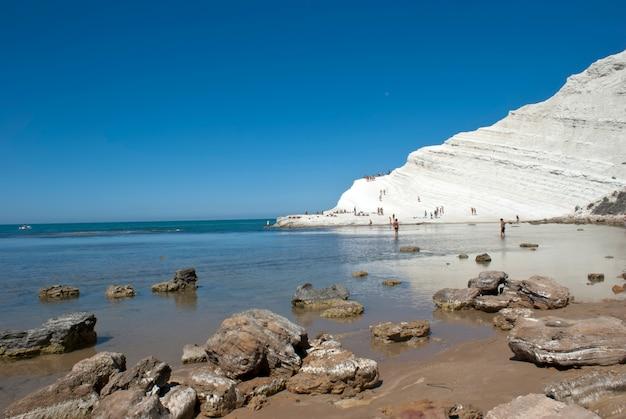 Пляж с камнями